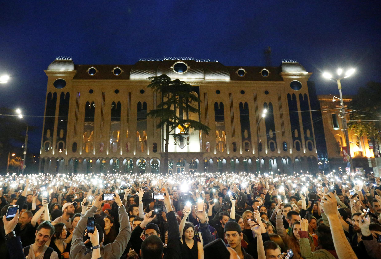 Сотни человек вышли к зданию парламента в Тбилиси, протестуя против полицейских рейдов в ночных клубах