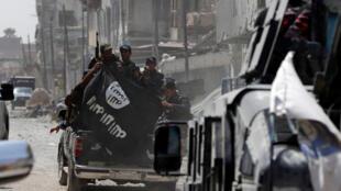 Солдаты армии Ирака держат оставленный джихажистами флаг ИГ в Мосуле