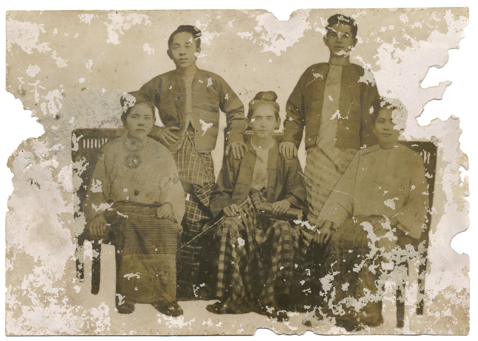 Foto familiar tomada en 1902 en Rangún, Birmania.