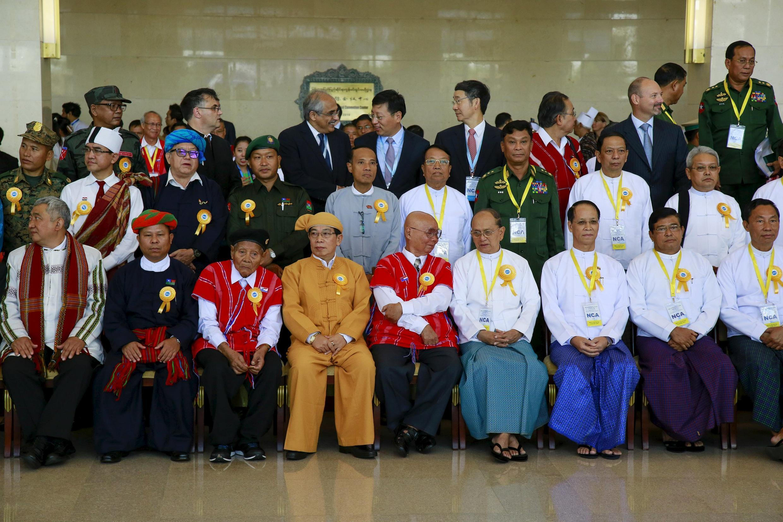 Các bên tham gia ký kết thỏa thuận ngừng bắn tại Naypyidaw, Miến Điện ngày 15/10/2015.