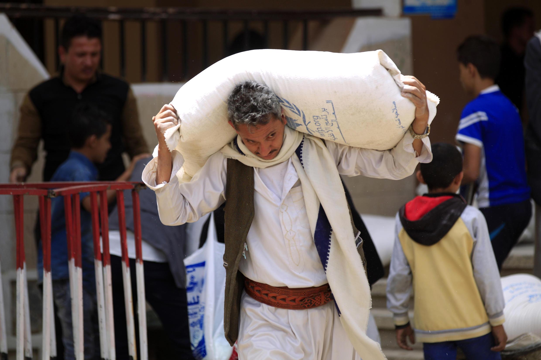 Dan kasar Yemen dauke da buhun abincin agaji a birnin Sanaa