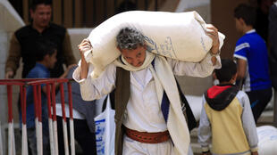 Wani dan Yemen dauke da abincin agaji daga Majalisar Dinkin Duniya.