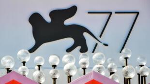 El logo de la 77ª edición del Festival de Cine de Venecia en el palacio del festival la víspera de su apertura, el 1 de septiembre de 2020
