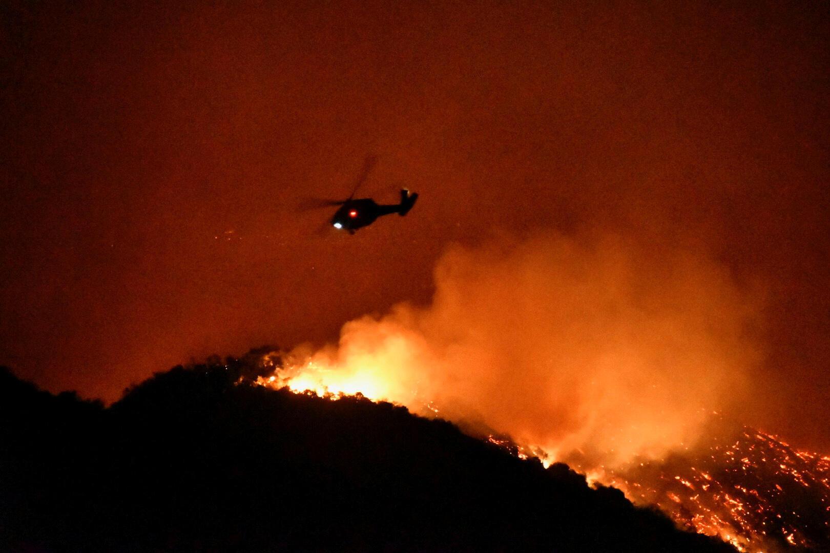 2019年10月28日,摧毀了洛杉磯西部的大火上空一架直升機飛過。