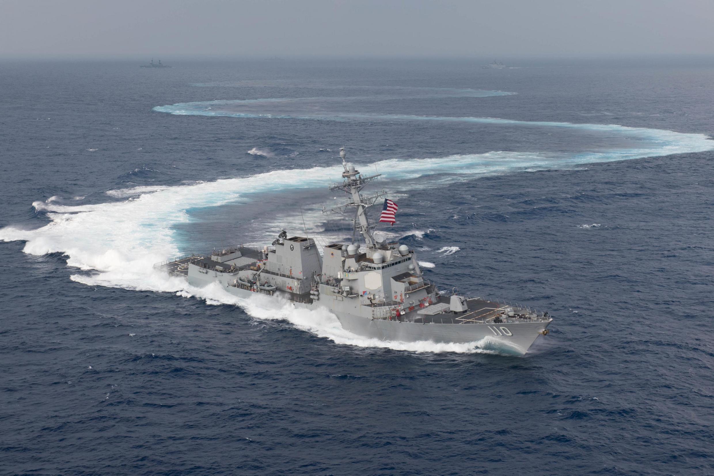Mỹ rất muốn các nước Đông Nam Á bị Trung Quốc tranh chấp chủ quyền cùng tham gia tập trận. Trong ảnh là chiến hạm USS William Lawrence (DDG 110) trong một cuộc diễn tập trên Biển Đông.