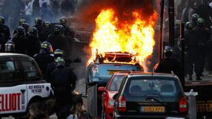 Une voiture incendiée dans l'est de Londres, dans le quartier d'Hackney, le 8 août 2011.