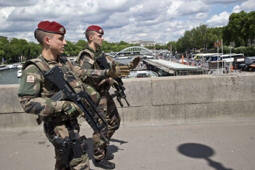 Военный патруль операции «Часовой» на мосту Мирабо в Париже 20 мая 2017