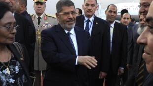 Mohamed Morsi (ici à Addis-Abeba, le 24 mai 2013) est critiqué par l'opposition pour sa «molesse» dans le dossier du barrage du Nil Bleu.