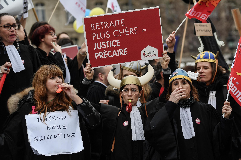 Manifestation organisée par le collectif «SOS Retraites» qui rassemble des avocats, médecins, infirmières et autres travailleurs indépendants, pour protester contre le projet de réforme du système de retraites, le 3 février 2020, à Paris.