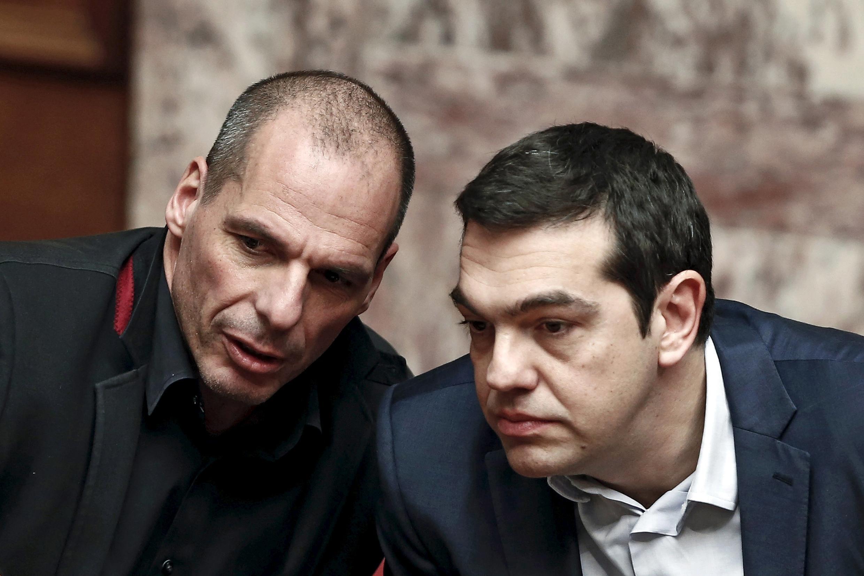 Бывший министр финансов Греции Янис Варуфакис (слева) и премьер-министр Греции Алексис Ципрас, 18 февраля 2015.