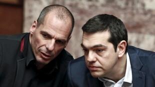 M. Tsipras (齊普拉斯-右)et  M. Varoufakis (瓦魯法基斯-左)sont parmi les dix permières personnalités de 2015 selon l'AFP (le 28.12.2015)