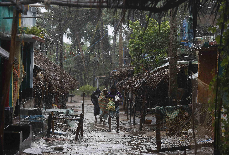 Família se desloca com seus pertences para local mais seguro no Estado de Andhra Pradesh, em 12 de outubro de 2013.