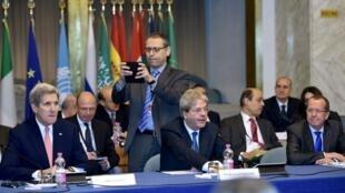 جان کری وزیر امور خارجه آمریکا، ماتئو رنزی وزیر امور خارجه ایتالیا و مارتین کوبلر فرستادۀ ویژه سازمان ملل، در کنفرانس بینالمللی برای حل بحران لیبی که در محل وزارت امور خارجه ایتالیا تشکیل شده است. ٢٢ آذر/ ١٣ دسامبر ٢٠١۵