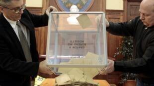 Após o encerramento do horário de votação, urnas são abertas em Nice, no sul da França.