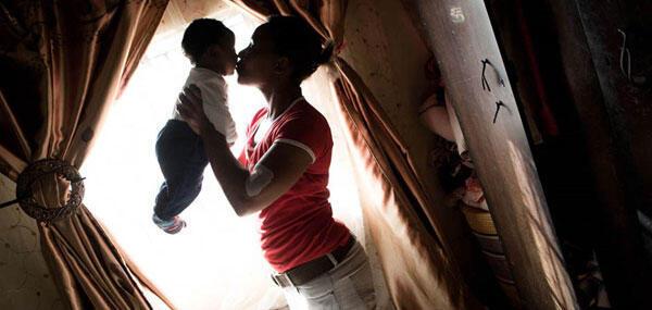 Une maman et son bébé à Caluza en Afrique du Sud.
