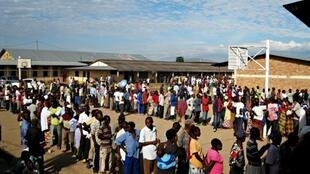 L'opposition burundaise et la Céni dénoncent des irrégularités lors de la distribution de la carte d'identité, indispensable pour se faire enrôler, mais ne sont pas d'accord sur les chiffres. Ici, lors des élections communales, le 24 mai 2010.