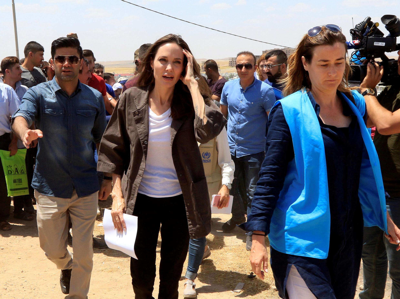 """آنجلینا جولی """" Angelina Jolie"""" فرستاده ویژه آژانس پناهندگی سازمان ملل متحد، هنگام بازدید از اردوگاه پناهجویان سوری در """"دهوک""""، شهر کردنشین در شمال عراق. یکشنبه ٢٧ خرداد/ ۱٧ ژوئن ٢٠۱٨"""