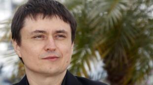 Aura-t-il pour la deuxième fois la Palme d'or ? Le réalisateur roumain Cristian Mungiu le 19 mai, lors de la montée des marches pour son film « Au-delà des colines ».