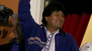 Evo Morales saúda simpatizantes que se reuniram na Plaza Murillo, após sua chegada ao Palácio Presidencial, em La Paz.