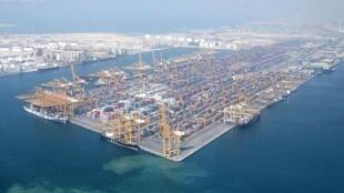 Le port de Jebel Ali, située à 35 km au sud-ouest de la ville de Dubaï, dans les Emirats Arabes uni. Photo prise en 2007.