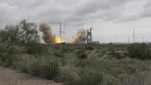 Tên lửa đẩy Proton-M mang vệ tinh viễn thông của Mêhicô rơi lại xuống Trái Đất và phát hỏa sau khi rời bệ phóng, ngày 16/05/2015.
