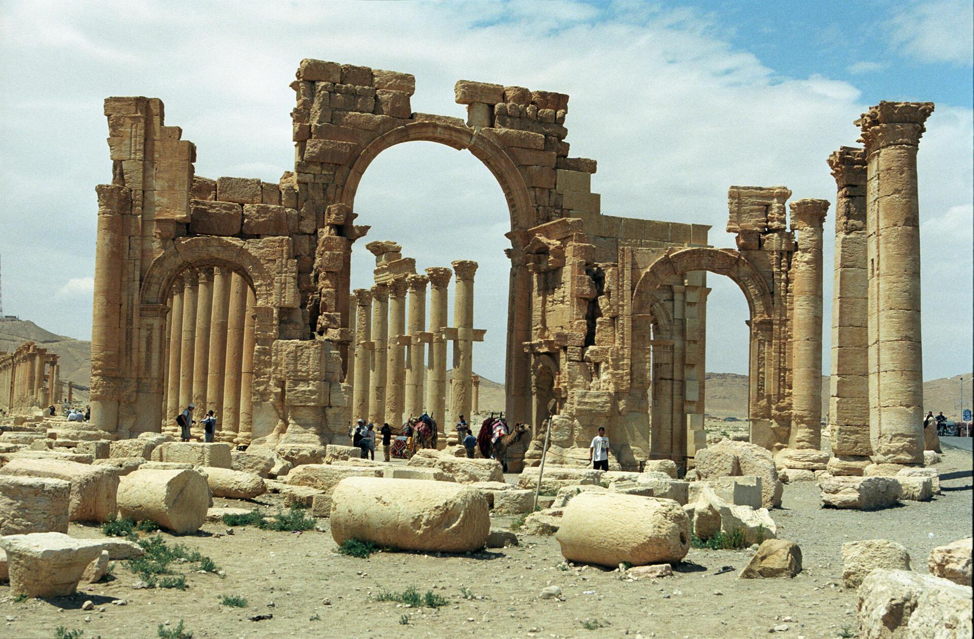 Colunas romanas do sítio arqueológico de Palmira, no sudoeste da Síria, ameaçado pelo grupo Estado Islâmico.