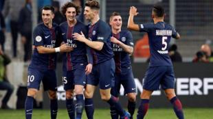 Ftebolistas do PSG celebrando um dos 5 golos marcados contra Marselha, a 26 de fevereiro de 2017.