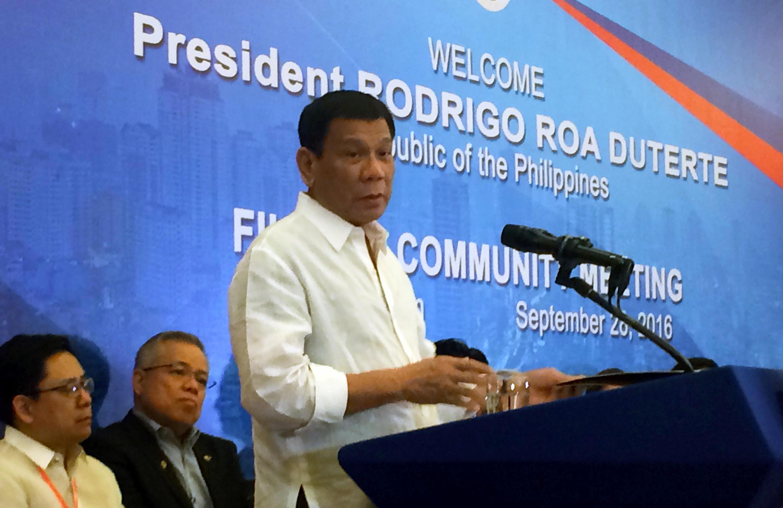 Tổng thống Rodrigo Duterte phát biểu trước cộng đồng người Philippines tại Hà Nội tối 28/09/2016.