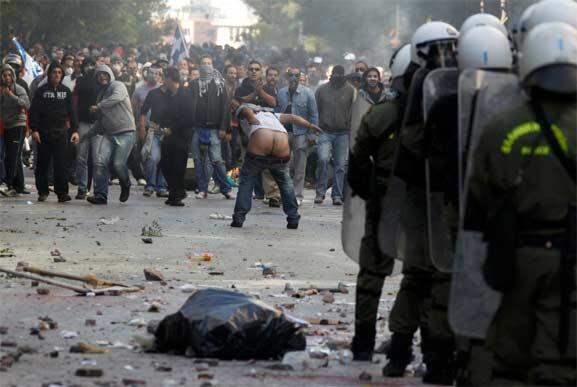 Los griegos manifiestan su desespero el 20 de octubre en las calles de Atenas. La protesta termina en violentos disturbios.