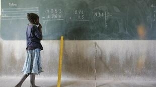 Une fillette devant le tableau d'une salle de classe au nord de Ouagadougou en novembre 2018 (image d'illustration).