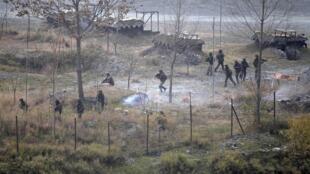Au Cachemire, des soldats de l'armée indienne à la recherche des assaillants, après une attaque, à Mohra (Uri), le 5 décembre 2014.