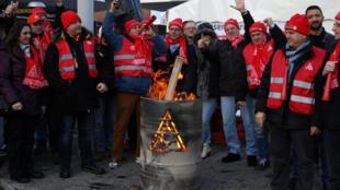 Les travailleurs du groupe BMW en grève à Berlin, le 2 février dernier.