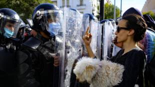 Pour beaucoup, la révolution tunisienne de 2011 a permis de changer la mentalité par rapport à la religion. Ici, une Tunisienne participe à une manifestant marquant l'anniversaire des printemps arabes et contre les violences policières, le 30 janvier 2021 à Tunis.
