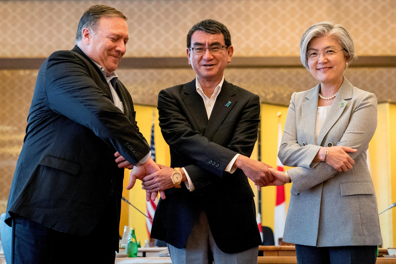 Ngoại trưởng ba nước Mỹ-Nhật-Hàn, Mike Pompeo (T), Taro Kono (G) và Kang Kyung Wha (P), trong một cuộc họp tại Tokyo, ngày 08/07/2018.