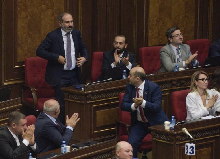Nikol Pachinian, élu ce mardi 8 mai nouveau Premier ministre, est applaudi par ses pairs du Parlement arménien.