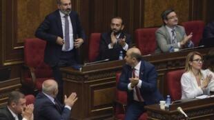 Pachinian, eleito nesta terça-feira, é aplaudido no Parlamento