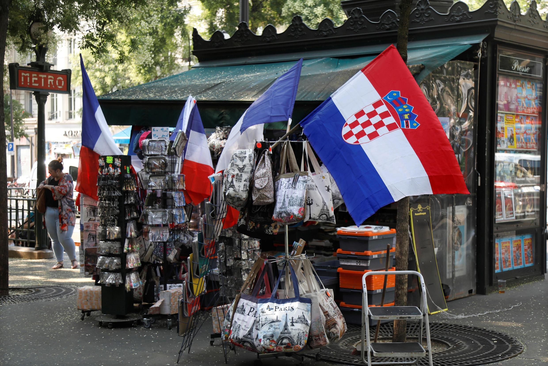 Bancas de jornal estão repletas de bandeiras, mas também de cartelas de jogos da loteria com o tema da Copa do Mundo.