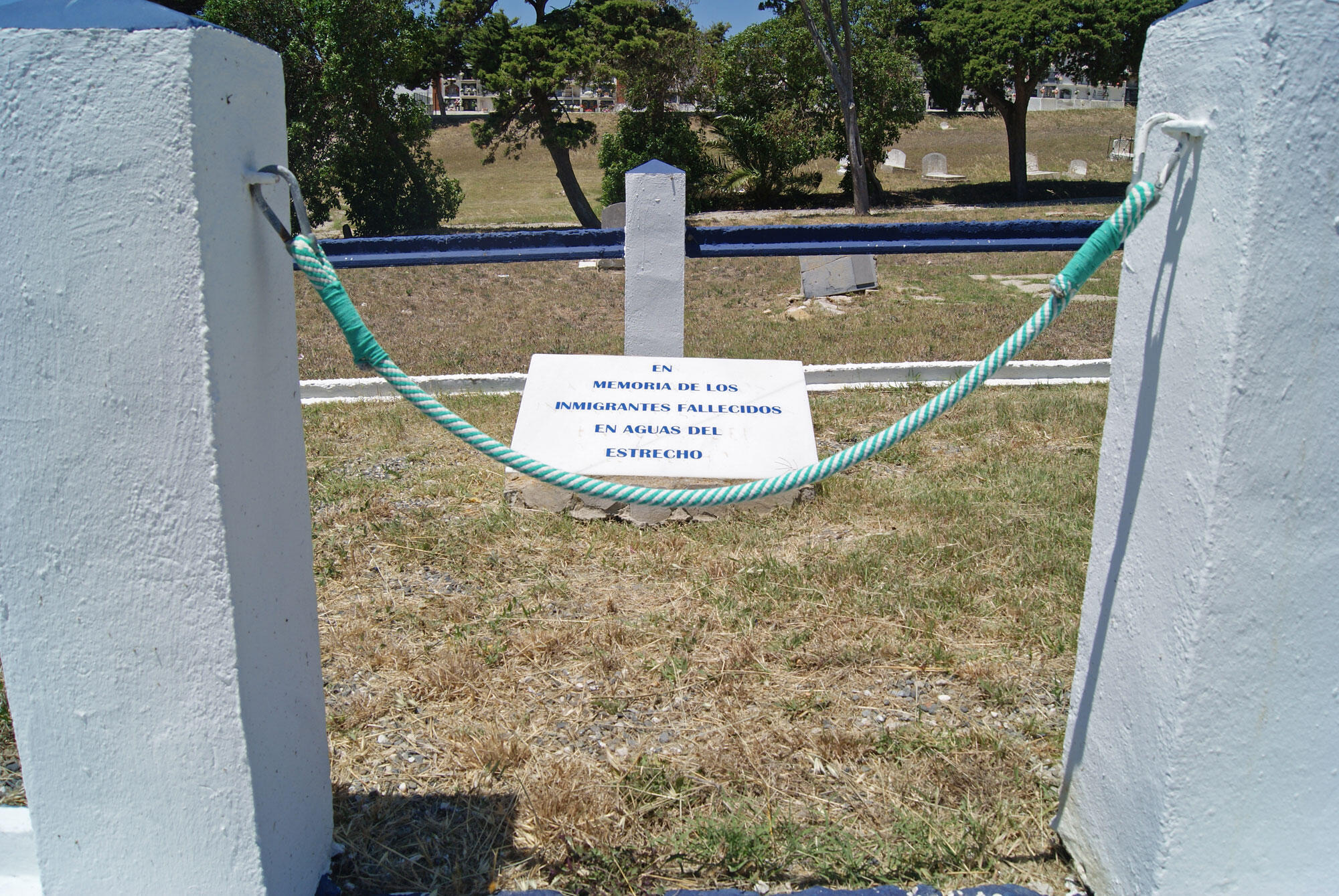 La fosse commune du cimetière de Tarifa où sont enterrés les corps que personne n'a réclamé après cinq ou dix ans. Sur la plaque commémorative, l'inscription suivante: «En mémoire des migrants disparus dans le détroit de Gibraltar».
