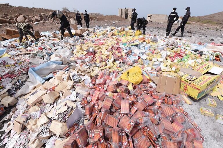 Dakar, Champ de tir des Mamelles, le 21 avril 2015. Destruction de quatre tonnes de produits contrefaits et de faux médicaments saisies lors de l'opération «Porc-Epic» menée par les autorités pharmaceutiques sénégalaises et chapeautée par Interpol.