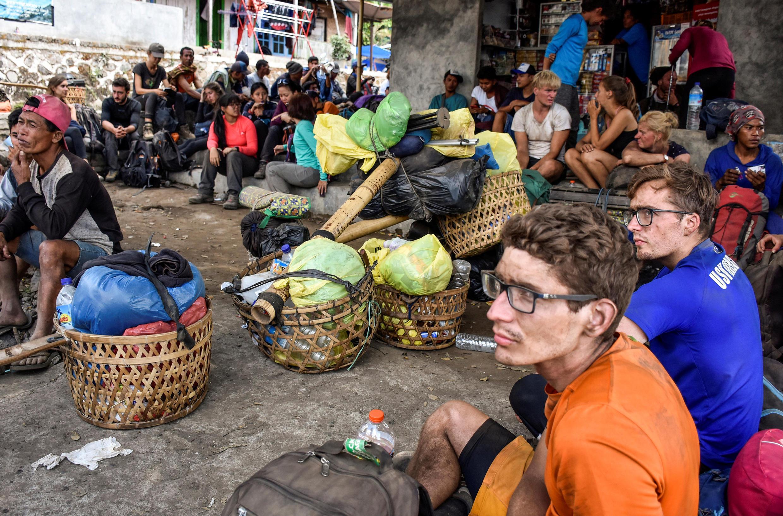 Des randonneurs étrangers et indonésiens dans leur descente du mount Rinjani, près du village de Sembalun, en Indonésie le 29 juillet 2018.