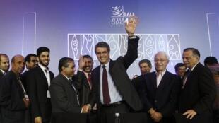 Tổng giám đốc Roberto Azevedo và các đại biểu vui mừng trong buổi bế mạc tại hội nghị Tổ chức Thương mại Thế giới tại Bali (Indonesia) ngày 07/12/2013.