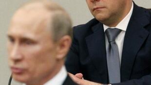 Presidente Vladimir Putin (frente) pediu apoio dos parlamentares à nomeação de Dimitri Medvedev (fundo).