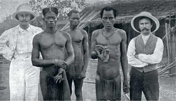 دستگاه اداری بلژیک در کنگوُ به کارکنانش دستور داده بود دست هر بومیِ کشته شده به ضرب گلوله را از تن جدا کنند و بیاورند تا ثابت کنند که گلوله را بیجهت شلیک نکردهاند.