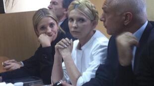 L'ex-Premier ministre Ioulia Timochenko (C) pendant une audience au tribunal, à Kiev , le 30 septembre 2011.