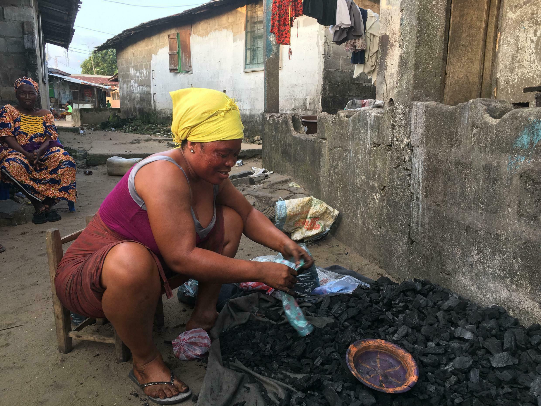 Mwanamke mmoja nchini Sierra Leone akitumia mkaa