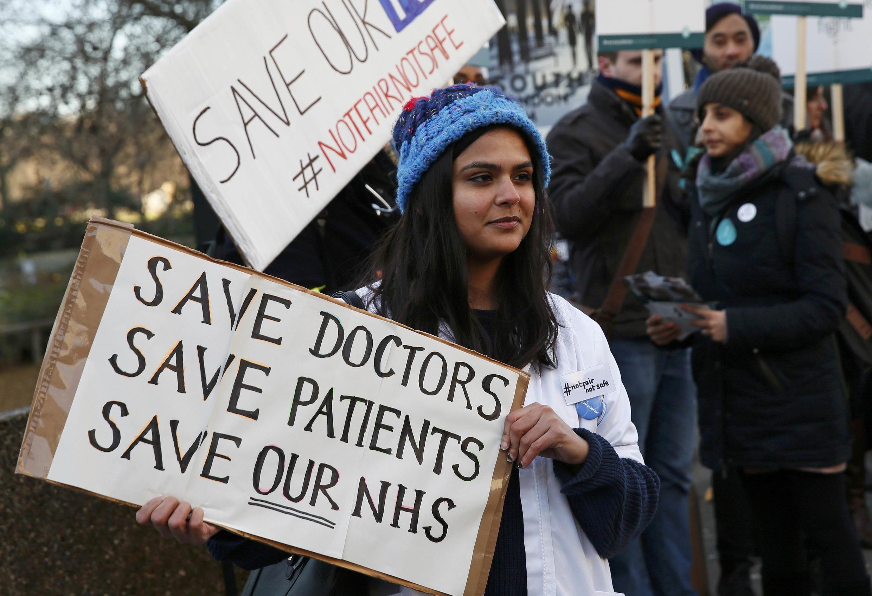 Des médecins et des internes des hôpitaux anglais manifestent lors d'une grève le 12 Janvier 2016, devant l'hôpital Saint Thomas, dans le centre de Londres, au Royaume-Uni.