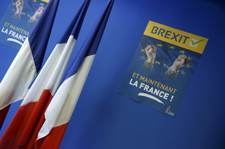 Плакат с надписью «Brexit теперь и во Франции» на пресс-конференции Нацфронта, Нантер, 24 июня 2016 г.