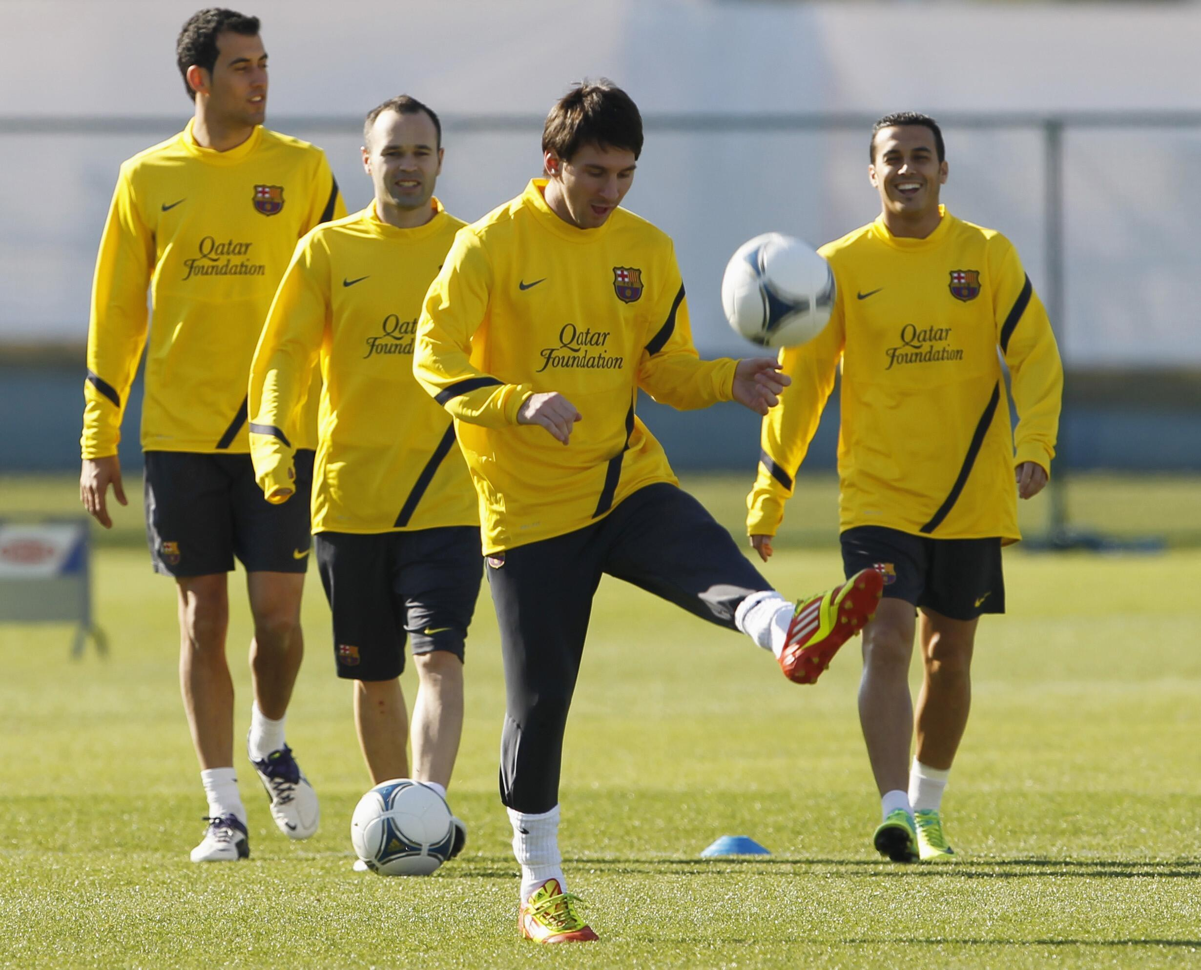 Lionel Messi, atacantz do Barcelona, exercita-se com os colegas durante treinos em Yokohama, no sul de Tóquio.