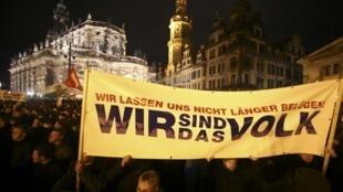 «Nous sommes le peuple» peut-on lire sur cette banderole du mouvement Pegida lors d'une manifestation à Dresde le 22 décembre 2014.