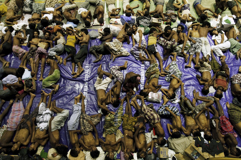 Cientos de migrantes rohingyas de Birmania y de Bangladesh que huían de la miseria fueron socorridos en Indonesia, Aceh, el 11 de mayo  de 2015.